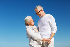 Couples supérieurs heureux tenant des mains sur la plage d'été Photos libres de droits