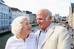 Couples supérieurs heureux visitant le pays en Europe Image stock
