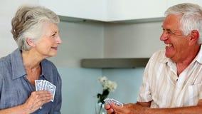 Couples supérieurs jouant des cartes au compteur banque de vidéos