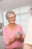 Couples supérieurs jouant des cartes au compteur Photographie stock
