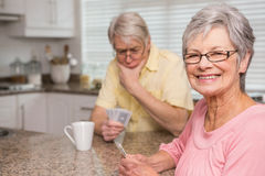 Couples supérieurs jouant des cartes au compteur Photos libres de droits