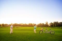 Couples supérieurs jouant le badminton Photo libre de droits