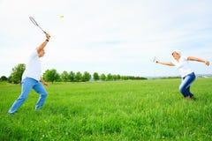 Couples supérieurs jouant le badminton Image libre de droits
