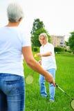 Couples supérieurs jouant le badminton Images libres de droits