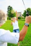 Couples supérieurs jouant le badminton Photos libres de droits