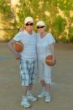Couples supérieurs jouant le basket-ball Photos stock