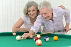 Couples supérieurs jouant le billard Image libre de droits