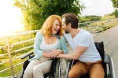 Couples supérieurs joyeux se reposant en parc Images stock