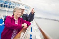 Couples supérieurs les explorant appréciant la plate-forme d'un bateau de croisière Image stock