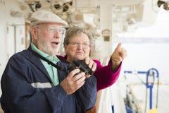 Couples supérieurs les explorant visitant le pays sur la plate-forme d'un bateau de croisière Image stock