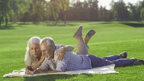 Couples supérieurs magnifiques utilisant le téléphone portable dehors clips vidéos