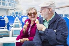 Couples supérieurs mangeant la crème glacée sur la plate-forme du bateau de croisière Photos stock