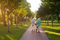Couples supérieurs marchant avec la bicyclette Photo stock