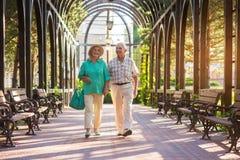 Couples supérieurs marchant et souriant Photos stock