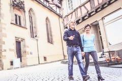 Couples supérieurs marchant par les rues du bingen de ½ de ¿ de Tï, Allemagne Photo libre de droits