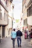 Couples supérieurs marchant par les rues du bingen de ½ de ¿ de Tï, Allemagne Photos libres de droits
