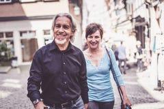 Couples supérieurs marchant par les rues du bingen de ½ de ¿ de Tï, Allemagne Images libres de droits
