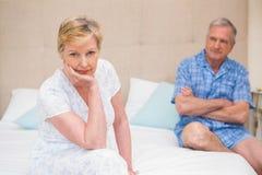 Couples supérieurs ne parlant pas après un argument sur le lit images stock