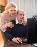 Couples supérieurs parlant avec quelqu'un Photographie stock libre de droits