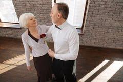 Couples supérieurs passionnés tangoing dans le studio de danse Photographie stock libre de droits