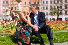 Couples supérieurs pendant la source dans la ville Image libre de droits