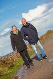 Couples supérieurs pluss âgé heureux marchant sur la plage photographie stock