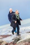 Couples supérieurs pluss âgé heureux marchant sur la plage photographie stock libre de droits