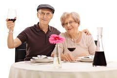 Couples supérieurs posant une date Photographie stock libre de droits