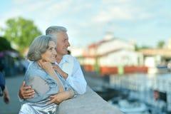Couples supérieurs près de l'eau Photographie stock