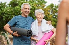 Couples supérieurs prêts pour le yoga images libres de droits