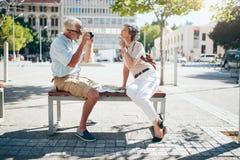 Couples supérieurs prenant des photos de l'un l'autre Photos libres de droits