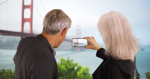 Couples supérieurs prenant des photos des points de repère avec le smartphone Image libre de droits