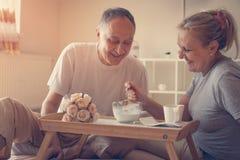 Couples supérieurs prenant le petit déjeuner sain Photos libres de droits