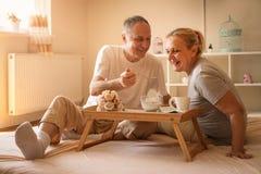 Couples supérieurs prenant le petit déjeuner sain ensemble Photo libre de droits