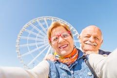 Couples supérieurs prenant le selfie photo stock