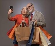 Couples supérieurs prenant le selfie après l'achat Photographie stock libre de droits