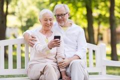 Couples supérieurs prenant le selfie par le smartphone au parc photos stock