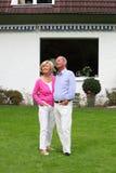 Couples supérieurs réussis dans la retraite Images stock
