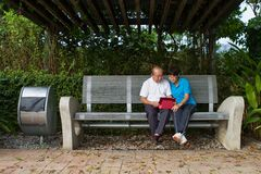 Couples supérieurs regardant l'iPAD Photos libres de droits