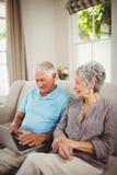 Couples supérieurs regardant l'ordinateur portable Images libres de droits