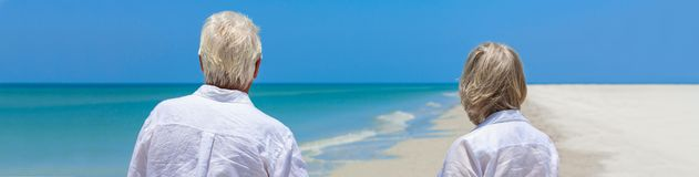 Couples supérieurs retirés sur la bannière tropicale de Web de panorama de plage photographie stock libre de droits
