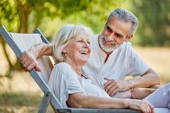 Couples supérieurs riant en été Photo libre de droits