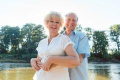 Couples supérieurs romantiques appréciant un mode de vie sain et actif photos stock