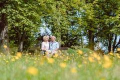 Couples supérieurs romantiques dans l'amour datant dehors en parc idyllique Photographie stock