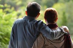 Couples supérieurs romantiques heureux regardant la nature verte Image stock