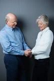 Couples supérieurs romantiques partageant un moment tendre Photographie stock libre de droits