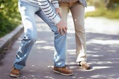 Couples supérieurs s'aidant en parc image libre de droits