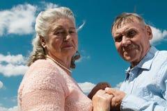 Couples supérieurs s'embrassant dans la campagne Photos stock