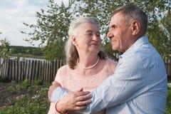 Couples supérieurs s'embrassant dans la campagne Photographie stock