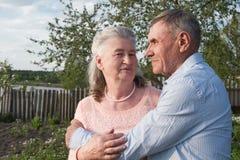 Couples supérieurs s'embrassant dans la campagne Image libre de droits
